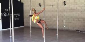 Cette femme fait du pole dance avec son bébé (et ça ne plaît pas à tout le monde)