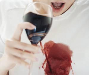 Tâches de vin rouge : comment nettoyer vos nappes, vêtements, moquette et tapis ?