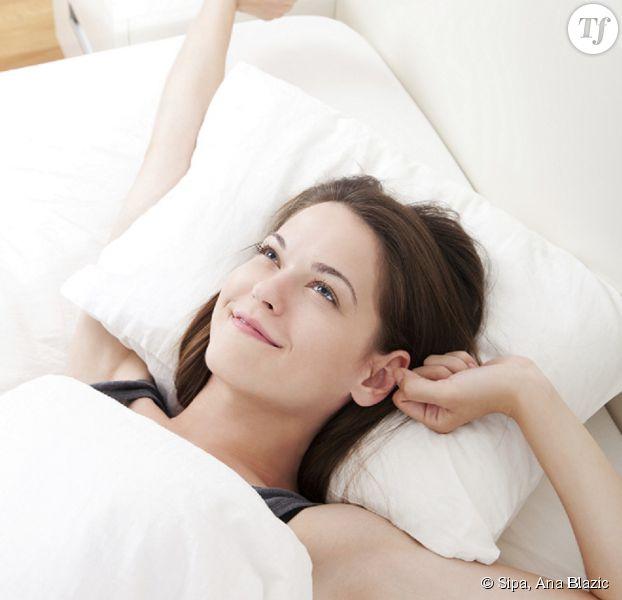 Femme Au Reveil 7 astuces malines pour dormir un peu plus le matin - terrafemina