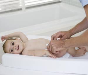 De nombreux pères s'émeuvent de l'absence de tables à langer dans les toilettes des hommes.