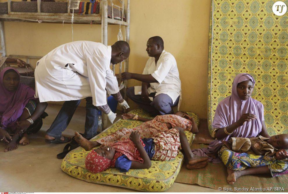 Des médecins prennent en charge des enfants et des femmes au camp de Yola