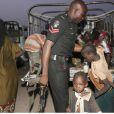 Un policier aide des enfants sauvés de Boko Haram arrivant au camp de Yola