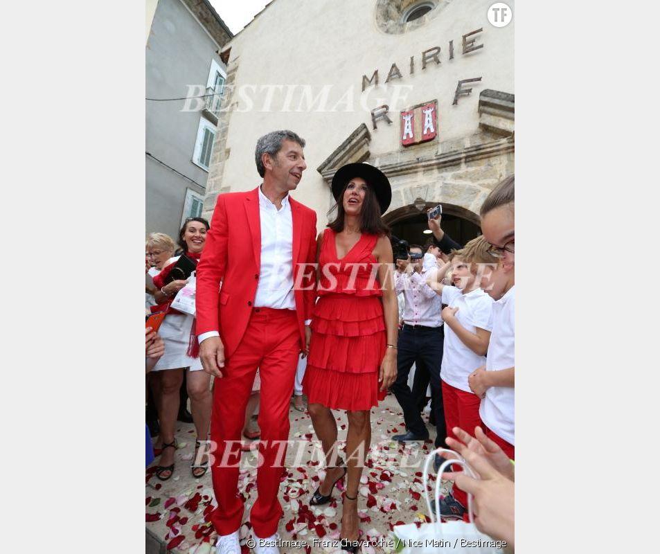 Michel Cymes et son épouse devant la mairie d'Entrecasteaux/