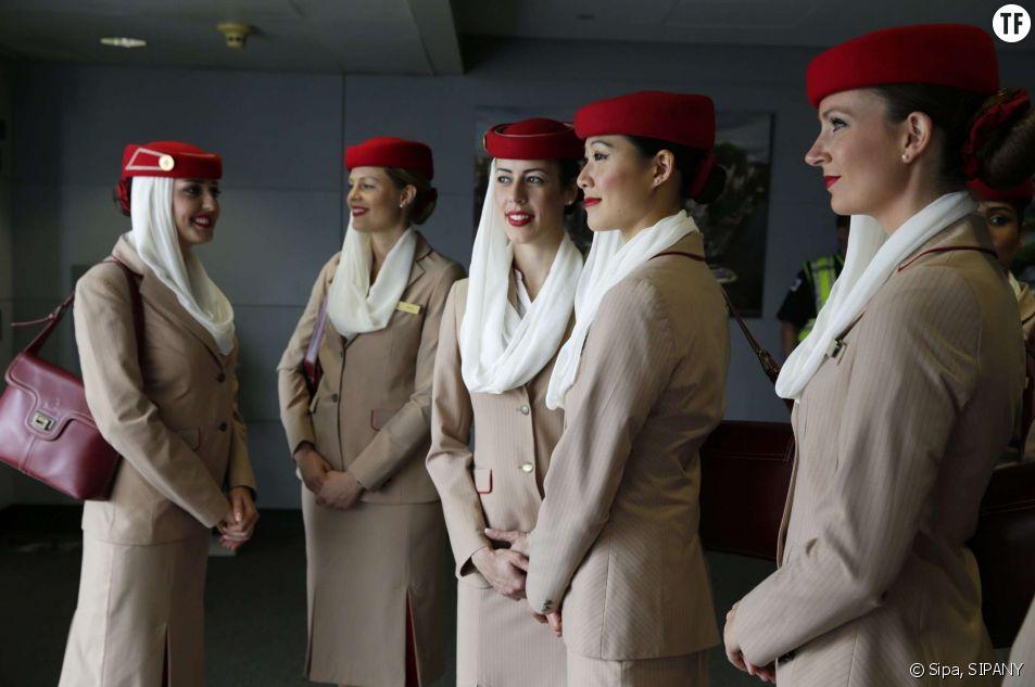 Des hôtesses de l'air de la compagnie Emirates attendent l'embarquement à Chicago le 5 août 2014.