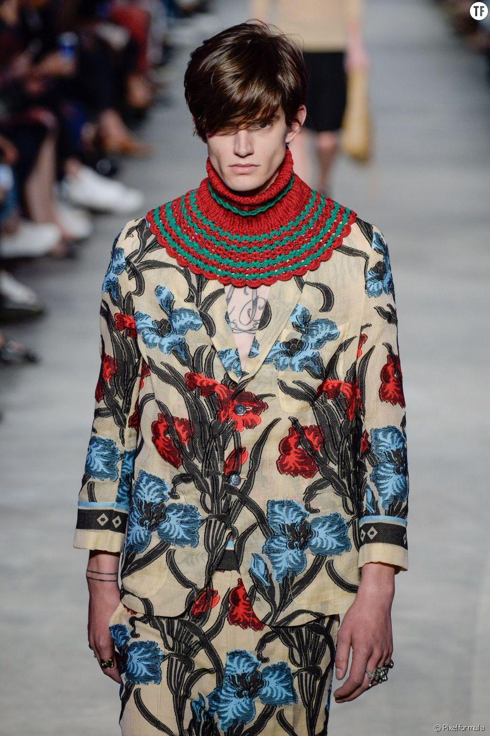 L'homme Gucci pour l'été 2016, tout en imprimé fleuri.