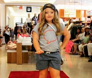 Kayla est devenue la première petite fille trisomique à défiler sur les podiums pour Gap.