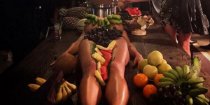 Des femmes nues utilisées comme plateaux ? Le concept répugnant de ce bar australien fait scandale