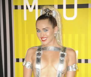 Miley Cyrus dans une superbe combi paillettes - Soirée des MTV Video Music Awards à Los Angeles le 30 aout 2015.