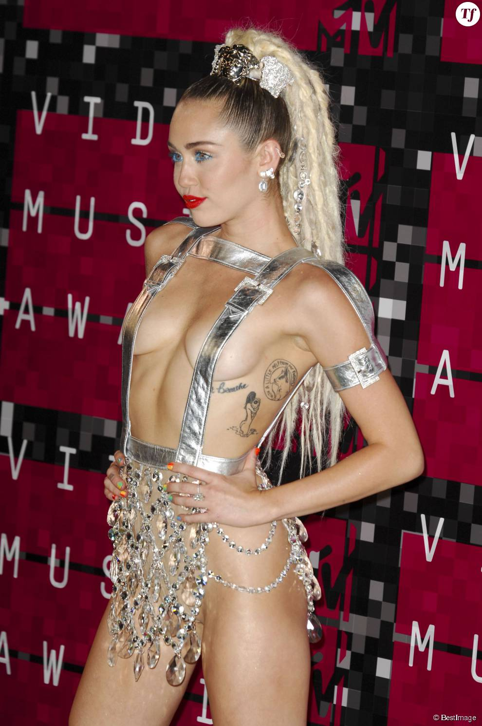 Miley Cyrus plus sexy que jamais - Soirée des MTV Video Music Awards à Los Angeles le 30 aout 2015.