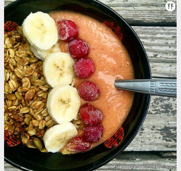 Un smoothie bowl banane-cerises