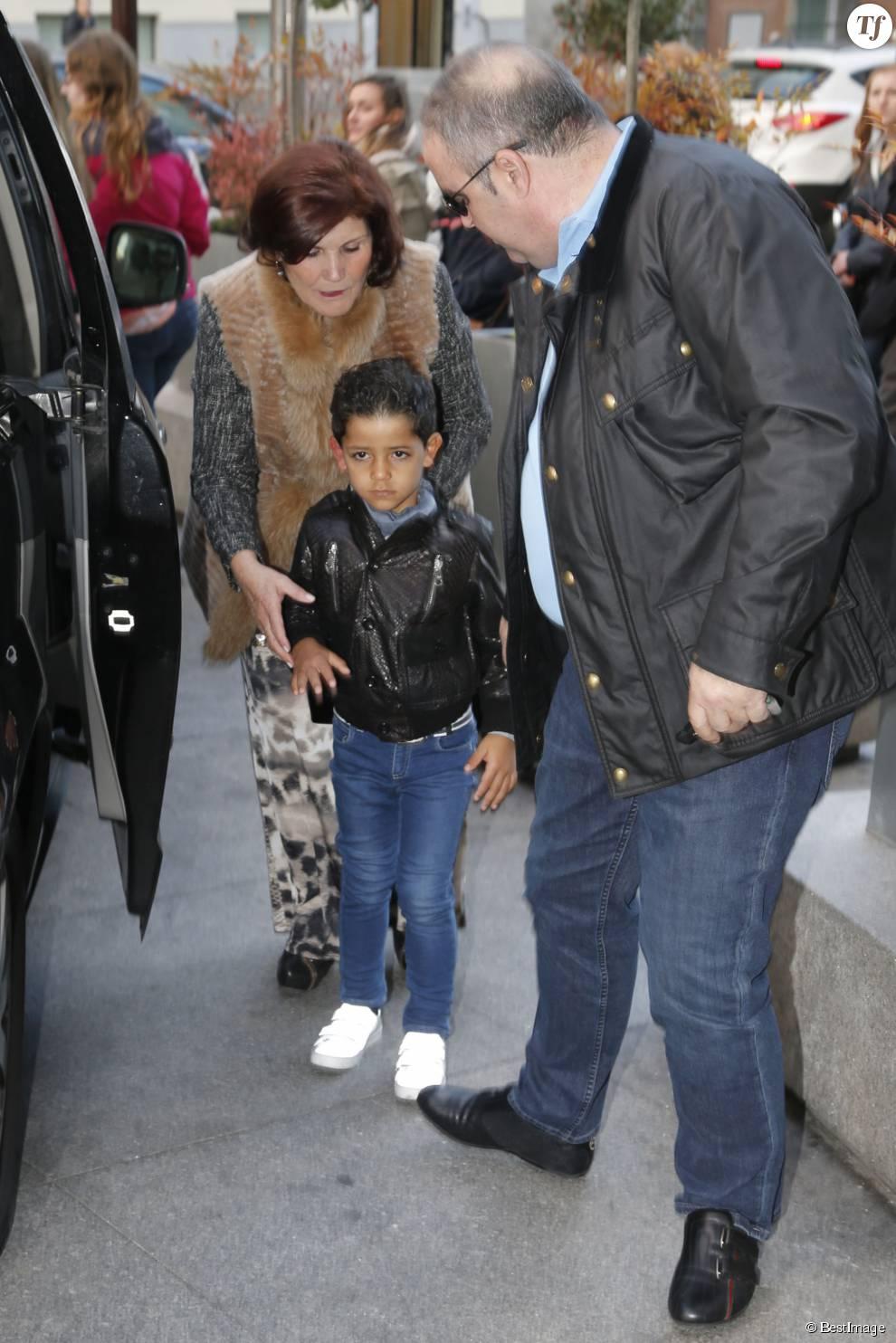 """Maria Dolores dos Santos Aveiro (mère de Cristiano Ronaldo) avec son petit fils Cristiano Ronaldo Jr - Cristiano Ronaldo assiste à la présentation du livre""""La clave Mendes"""" à Madrid en Espagne le 22 janvier 2015."""