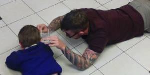 Ces photos d'un coiffeur coupant les cheveux d'un petit autiste bouleversent la planète