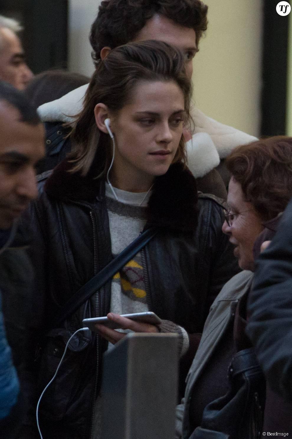 """Kristen Stewart tourne une scène de """"Personal Shopper"""" à la Gare Saint-Lazare à Paris le 3 novembre 2015."""