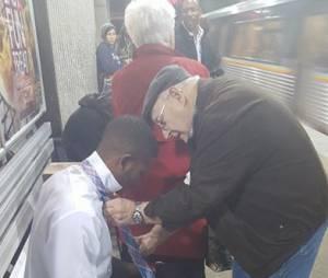 Quand un papi aide un jeune à faire son noeud de cravate : l'image qui réchauffe le coeur
