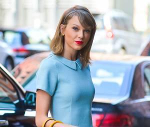 Taylor Swift accessoirise son carré long d'un serre-tête pour un hair look de petite fille sage