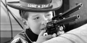 Doit-on laisser ses enfants jouer avec des armes en plastique ?