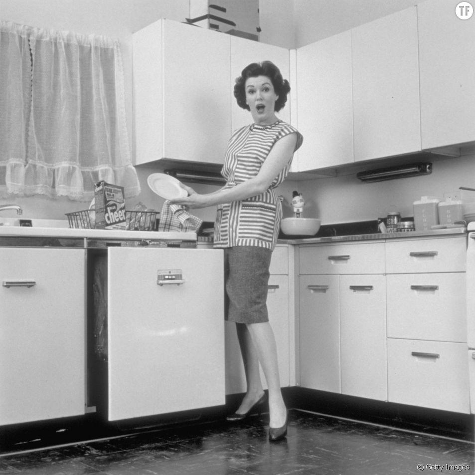 Photo vintage d'une femme faisant la vaisselle en 1962 à New York.