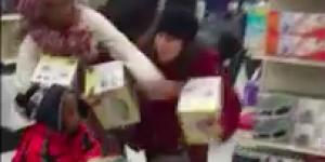 Cette femme en transe vole un enfant pendant les soldes du Black Friday