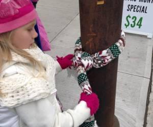Des manteaux noués aux lampadaires : des enfants canadiens viennent en aide aux SDF