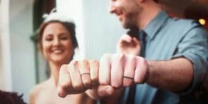 Mariage : la tendance des tatouages alliances en 25 modèles stylés