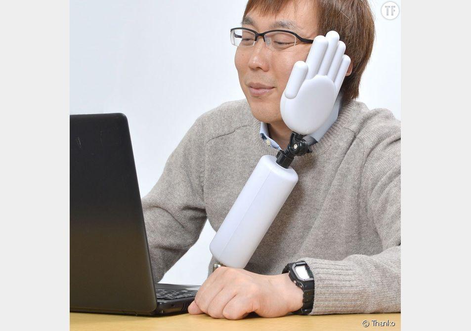 La compagnie Thanko a inventé une main qui corrige la posture devant l'ordinateur