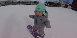 À 1 an, elle fait du snowboard comme une pro et fait fondre le web