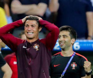 Cristiano Ronaldo sur le banc avec ses coéquipiers lors du match de la finale de l'Euro 2016 Portugal-France au Stade de France à Saint-Denis, France, le 10 juin 2016