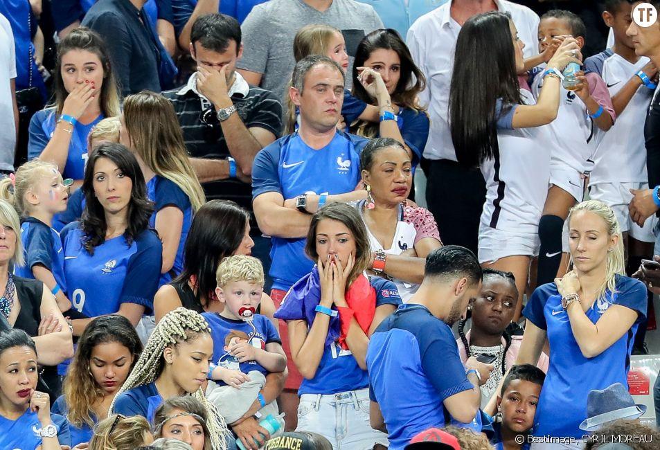Jenifer Giroud (Femme de Olivier Giroud) et sa fille Jade, Marine Lloris (La Femme de Hugo Loris), et sa fille Anna-Rose, Ludivine Sagna (Femme de Bacary Sagna) et ses fils Kais Sagna, Elias Sagna, Camille Sold (Compagne de Morgan Schneiderlin), Sandra Evra (Femme de Patrice Evra) et son fils Lenny et Sephora (la compagne de Kingsley Coman) après le match de la finale de l'Euro 2016 Portugal-France au Stade de France à Saint-Denis, France, le 10 juin 2016