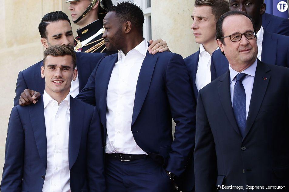 François Hollande reçoit l'équipe de France de football après la défaite en finale de l'Euro contre le Portugal au Palais de l'Elysée à Paris le 11 juillet 2016