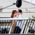 """Dakota Johnson et Jamie Dornan sur le balcon d'un immeuble dans le 16ème arrondissement de Paris pour le tournage """"50 nuances plus sombres"""", le 19 juillet 2016"""