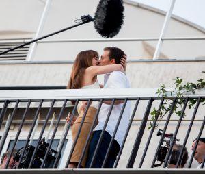 Jamie Dornan : il embrasse Dakota Johnson devant leurs fans à Paris (photos)
