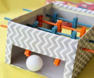 DIY : comment fabriquer un baby-foot avec une boîte à chaussures