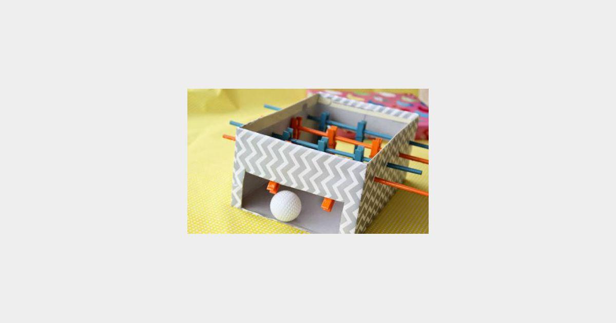 Diy comment fabriquer un baby foot avec une bo te for Comment faire une boite en carton creteil