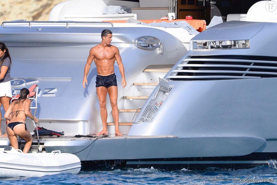 Cristiano Ronaldo s'amuse sur un yacht avec des amis lors de ses vacances à Ibiza, le 19 juillet 2016