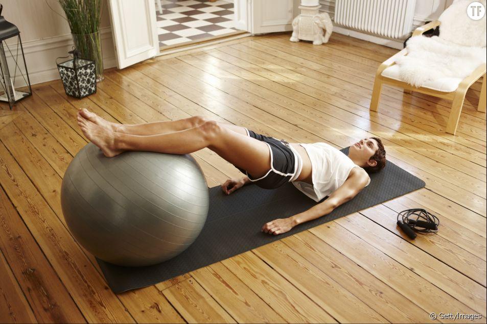 5 exercices pour travailler les bras et les abdos avec une Stability Ball