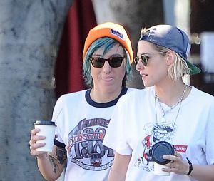 Kristen Stewart se promène avec sa petite amie Alicia Cargile dans les rues de Los Feliz