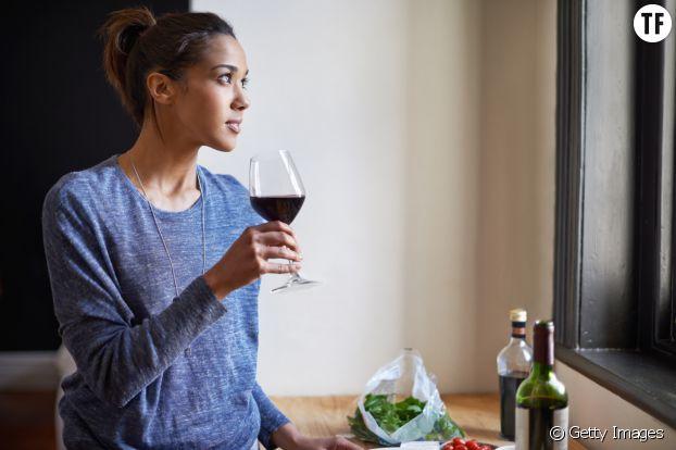 Femme dégustant un verre de vin