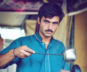 Pourquoi ce vendeur de thé pakistanais est la nouvelle star d'Internet