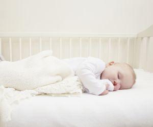 Pourquoi un bébé devrait dormir dans la chambre de ses parents