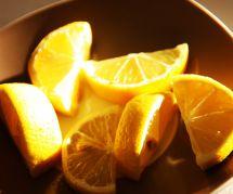 Pourquoi vous devriez mettre un citron coupé sur votre table de chevet