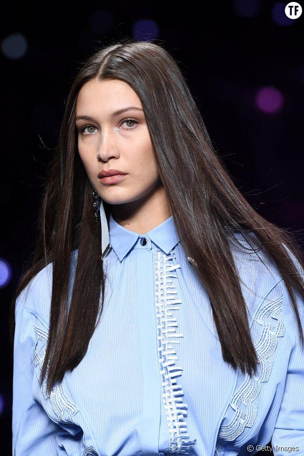 Bella Hadid et ses cheveux raides au défilé Versace