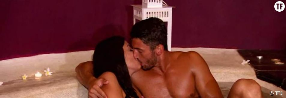 Le premier baiser de Thomas et Martika, dans l'épisode 32 de La villa des coeurs brisés