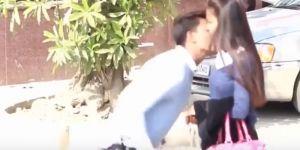 Ce Youtubeur indien crée le scandale en embrassant de force des femmes dans la rue
