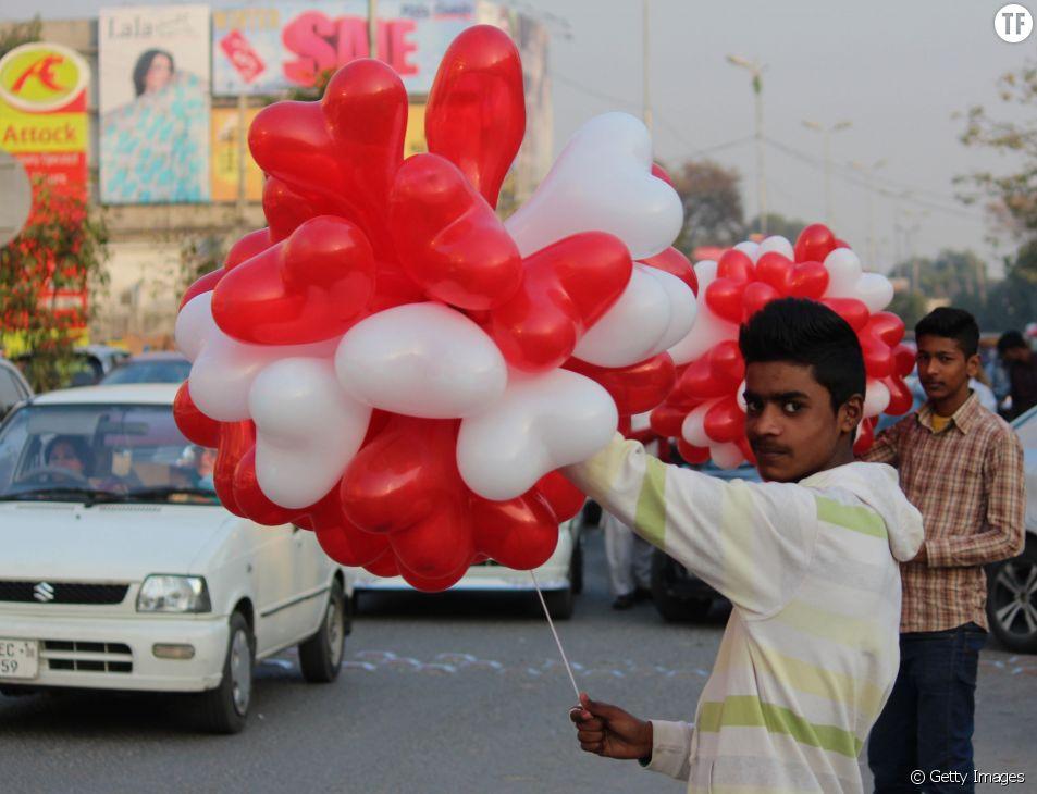 Un marchand de ballons embullant à Lahore, Pakistan.