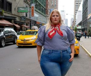 Cette blogueuse défie les grossophobes en bikini dans les rues de New York