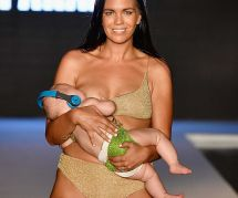Ce mannequin fait sensation en allaitant sa fille sur le podium