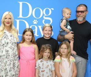 Tori Spelling avec ses 5 enfants et son compagnon Dean McDermott, à Los Angeles, Californie, 5 août.