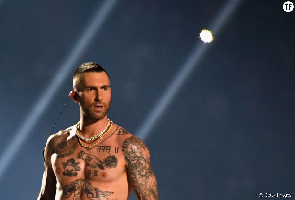 Les tétons d'Adam Levine de Maroon 5 au Superbowl
