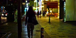 """""""Marchez comme une femme"""" : le petit guide à l'usage des hommes dans la rue"""