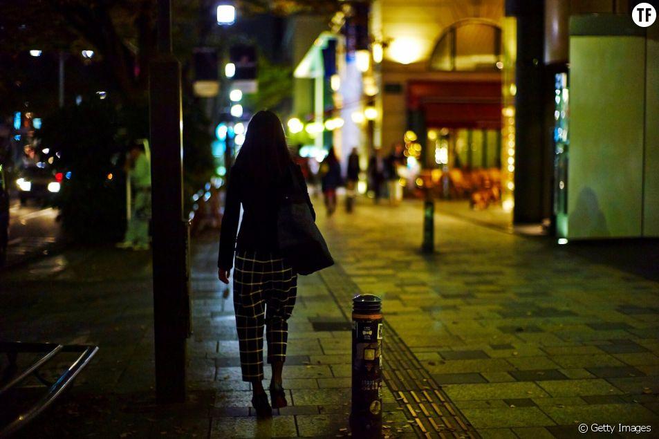 Femme marchant dans la rue